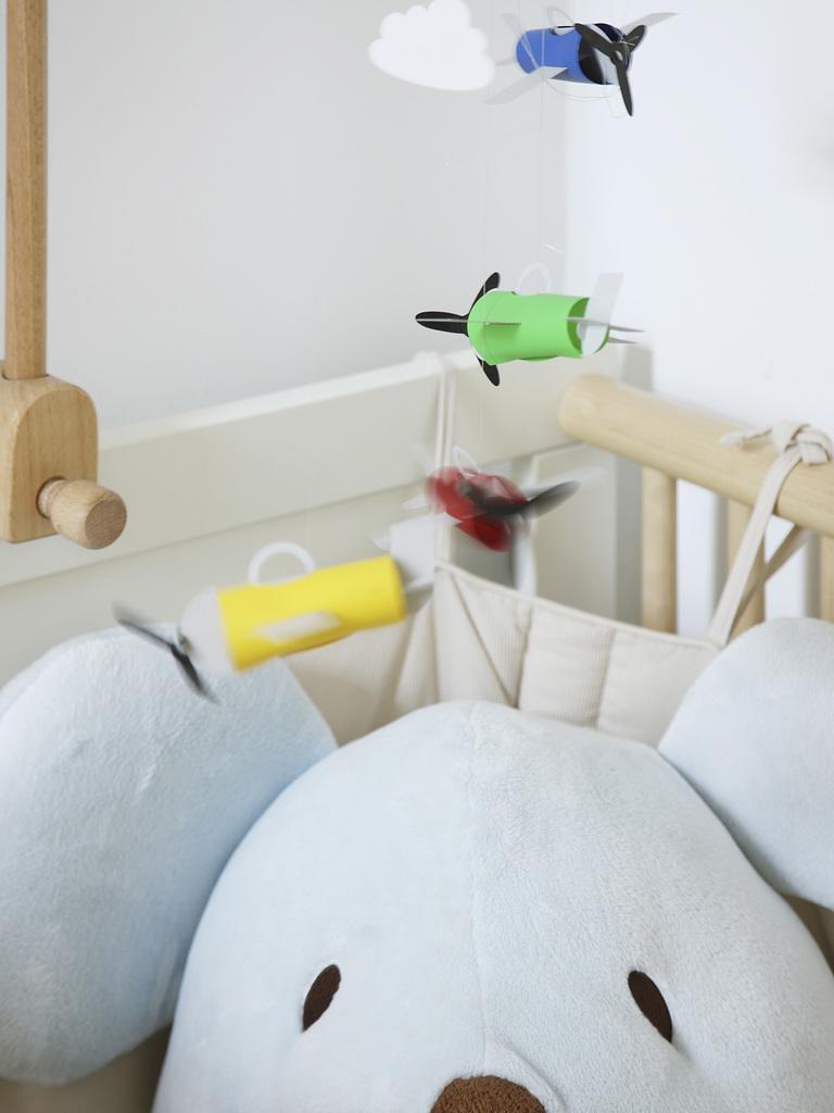 Экологически чистая детская кроватка из неокрашенного дерева.