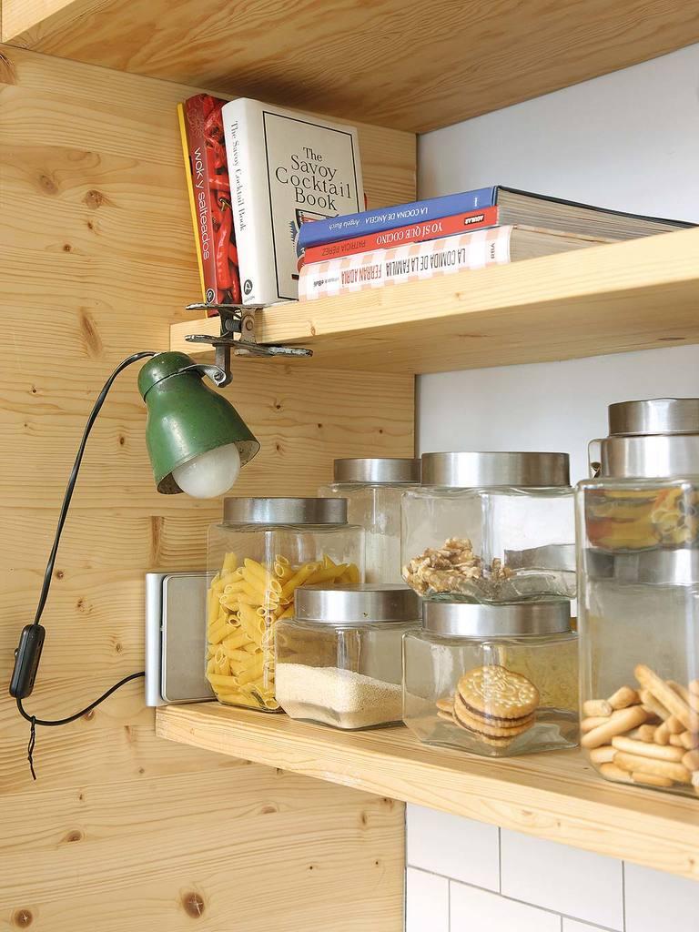 Кухонная мебель, как и комод в спальне, выполнен из натурального дерева, а именно из массивного мебельного щита.