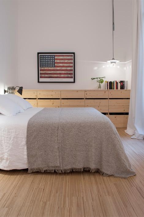 Можно видеть как местное освещение меняет интерьер спальни в вечернее время.