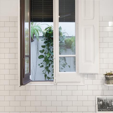 На окне в ванной вполне уместно использованы ставни.