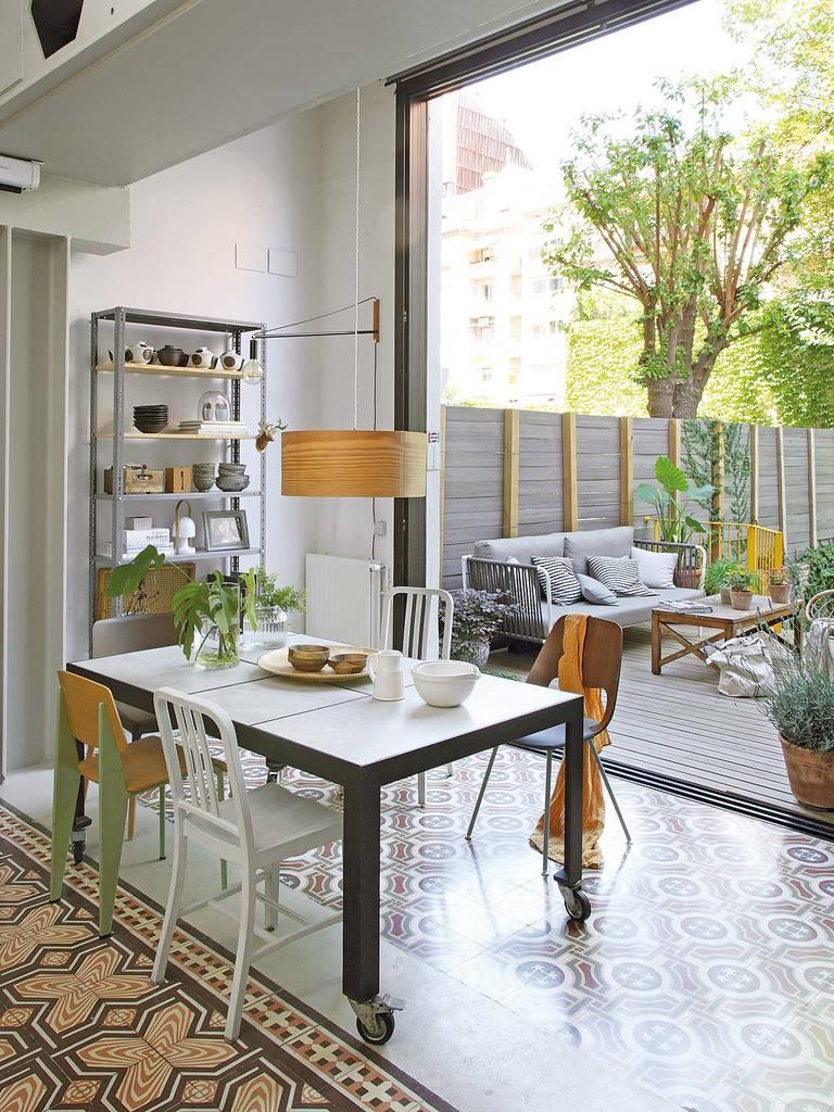 Обеденный стол на колесах позволяет перемещать столовую по жилой комнате и даже