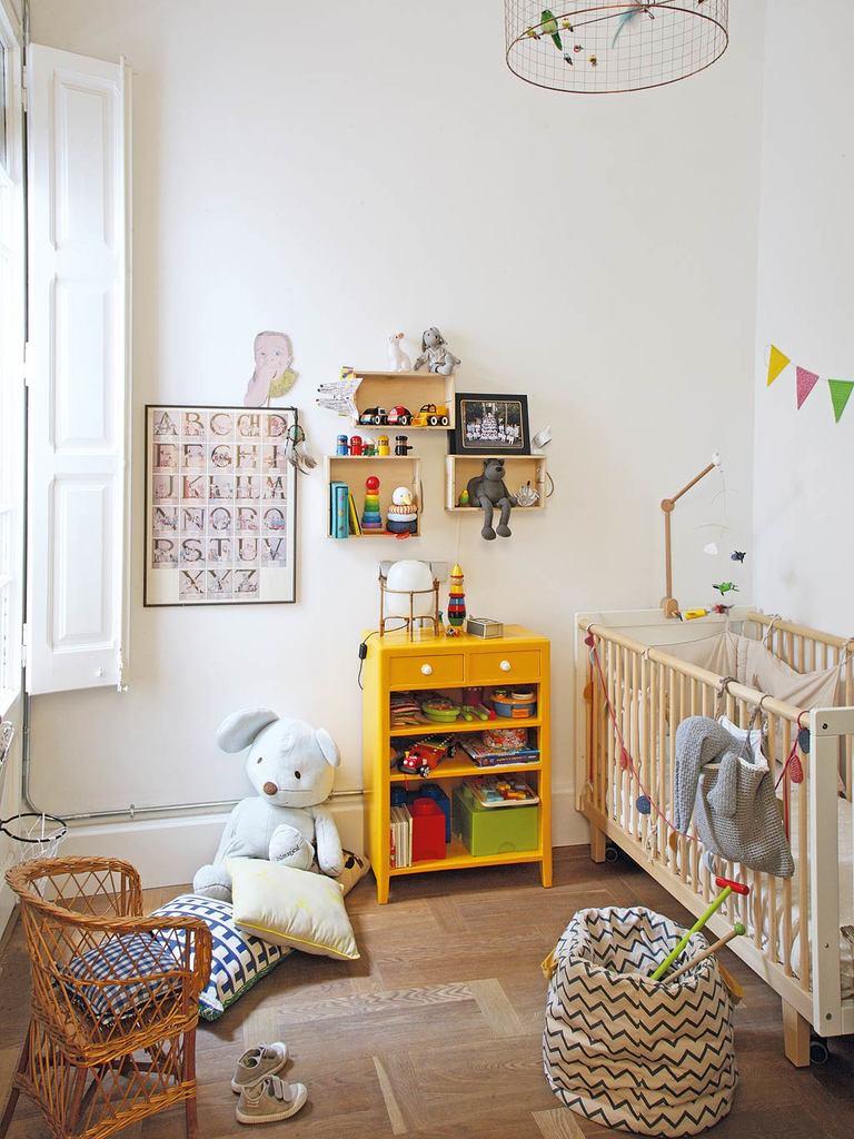 Одним из самых полезных элементов в детской являются деревянные ставни. А сам интерьер достаточно нейтрален, чтоб его можно было легко менять вместе с тем как ребенок будет расти.