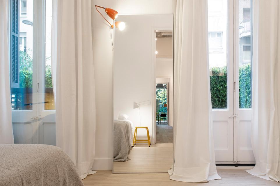 Около главной спальни перед домом также есть небольшой зеленый дворик, на который можно выйти через высокие двери с наружными жалюзийными ставнями.