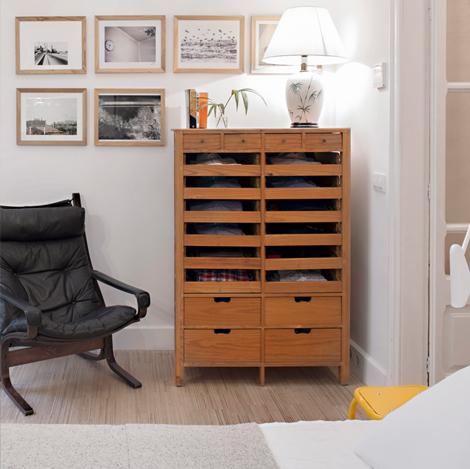 Та же спальня, только с более удобным креслом у комода-картотеки. Лампа на комоде призвана поддержать тему зелени в интерьере квартиры.