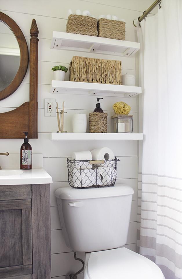 Корзинка с туалетной бумагой на бачке унитаза тоже может служить декором
