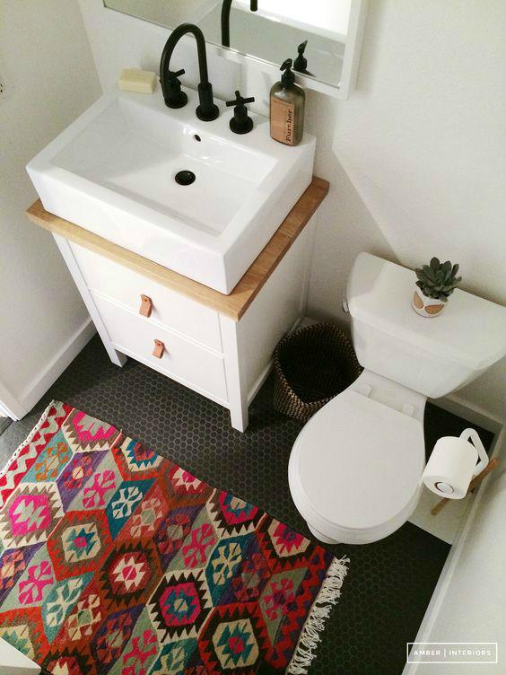 Коврик на полу отлично оживляет безликий интерьер ванной