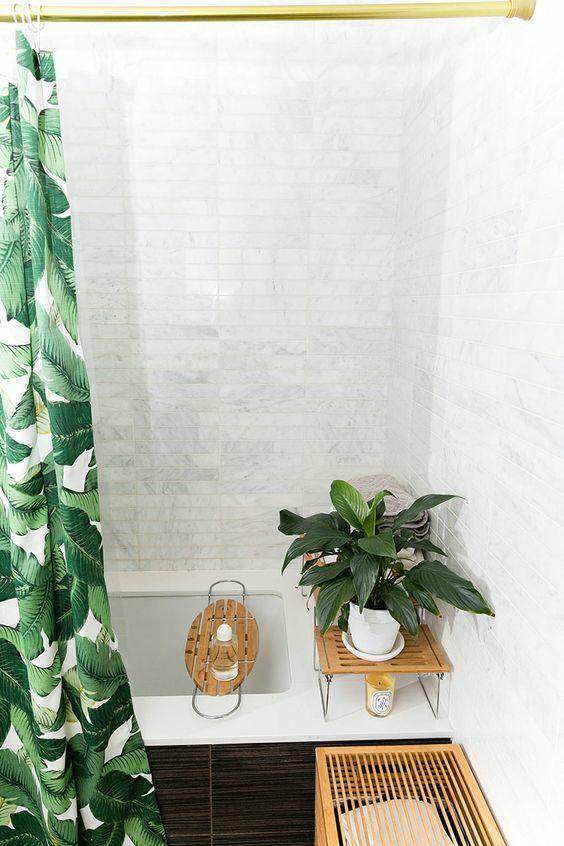 Полка на ванну позволяет удобно держать все банные принадлежности в пределах досягаемости