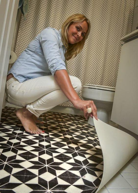 С помощью линолеума можно обновить пол в ванной и существенно изменить интерьер помещения