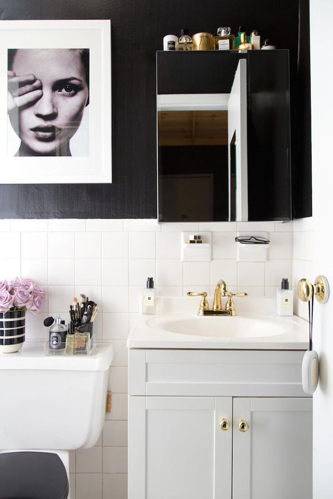 Зеркало на туалетном шкафчике отлично подойдет для современного минималистичного интерьера