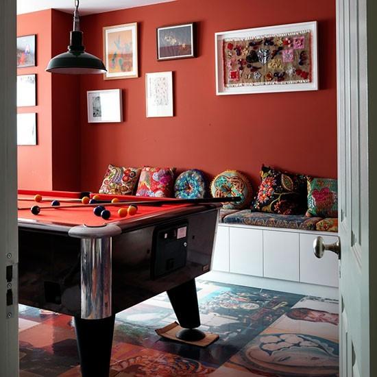 Игровая комната в английском стиле с бильярдом.