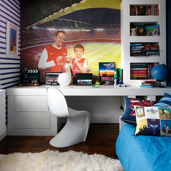 Яркая и современная детская комната для увлеченного футболом подростка.