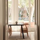 Бетонный полированный пол в жилой комнате выглядит отлично и очень практичен. (архитектура,дизайн,экстерьер,интерьер,дизайн интерьера,мебель,столовая,дизайн столовой,интерьер столовой,мебель для столовой,жилая комната,современный)