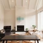 Центральное место в гостиной занимает камин, телевизор скромно стоит в углу. (архитектура,дизайн,экстерьер,интерьер,дизайн интерьера,мебель,столовая,дизайн столовой,интерьер столовой,мебель для столовой,гостиная,дизайн гостиной,интерьер гостиной,мебель для гостиной,жилая комната,современный)