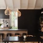 Кухонные фасады черного цвета противопоставляют кухню остальной части жилой комнаты, визуально объединяя ее со столовой. (архитектура,дизайн,экстерьер,интерьер,дизайн интерьера,мебель,столовая,дизайн столовой,интерьер столовой,мебель для столовой,кухня,дизайн кухни,интерьер кухни,кухонная мебель,мебель для кухни,жилая комната,современный)