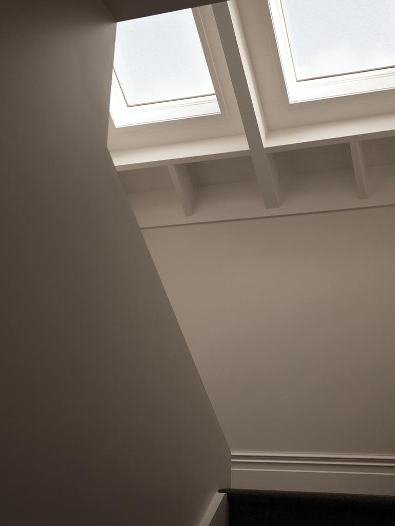 Мансардные окна в скатной кровле дома также улучшают освещенность.