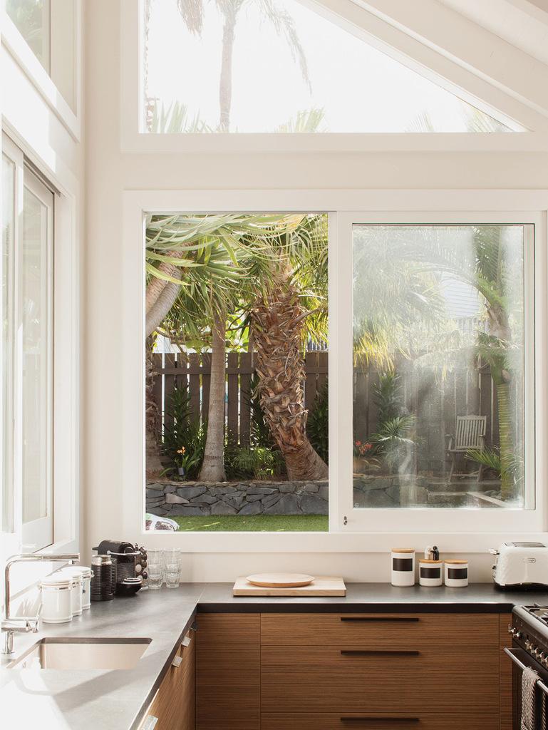 Сдвижные окна кухни выходят на террасу и в сад, поэтому можно готовить практически на свежем воздухе.