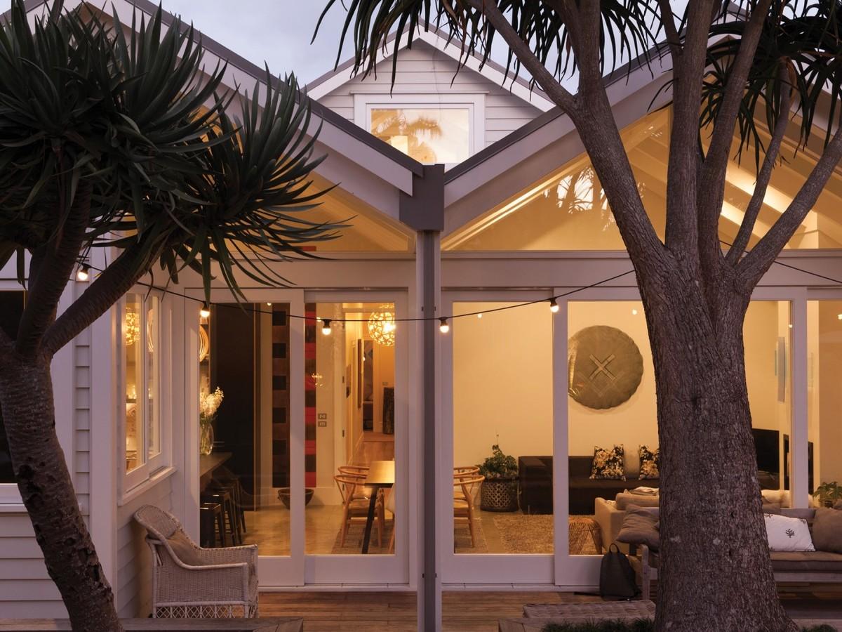 Терраса за домом является продолжением жилой комнаты дома. Этому способствует умеренный климат в котором находится дом.