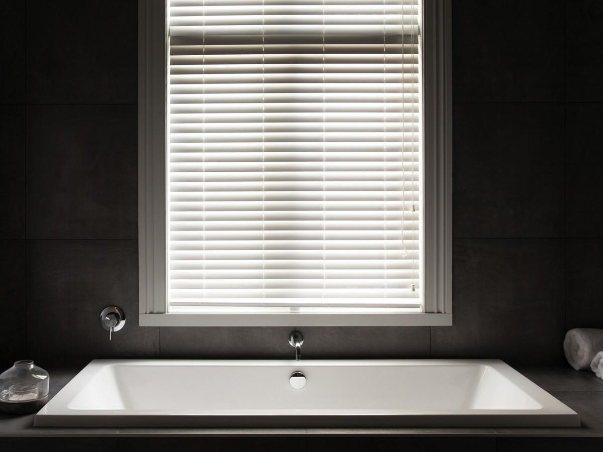 Ванная комната в темных тонах.