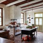 Кухня оформленная в деревенском стиле должна напоминать владельцу дома кухню из его детства. Пол уложен новым полированным кирпичом, который должен выглядеть как потертый временем.
