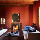 В гостиной красные стены. На окнах деревянные ставни защищающие комнаты от жары летом, а камин согревает зимой. (средиземноморский,деревенский,сельский,кантри,архитектура,дизайн,экстерьер,интерьер,дизайн интерьера,мебель,гостиная,дизайн гостиной,интерьер гостиной,мебель для гостиной)