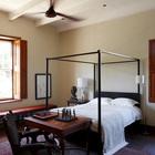 В спальне кровать с балдахином связывает антикварную мебель с современностью. (средиземноморский,деревенский,сельский,кантри,архитектура,дизайн,экстерьер,интерьер,дизайн интерьера,мебель,спальня,дизайн спальни,интерьер спальни)