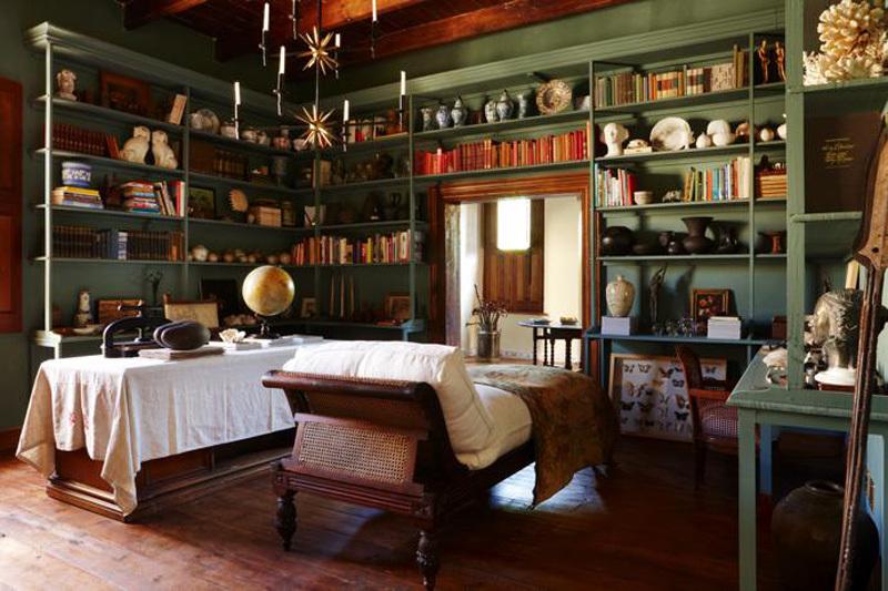 Библиотека заполнена книгами, детскими игрушками и сувенирами собранными в поездках хозяевами дома.