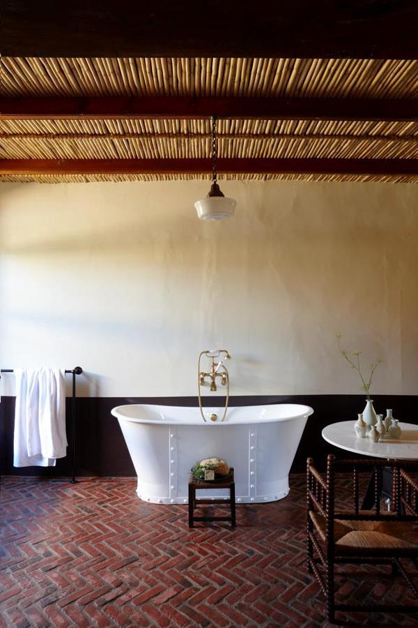 Гостевая ванная по площади такая же как и спальня. Изначально в доме было 6 спален, но их количество было сокращено до двух спален и двух ванных. Это было сделано чтоб получить большие по размеру помещения.
