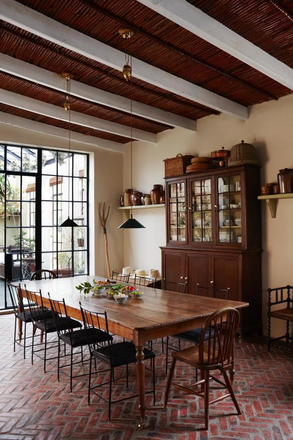 На кухне установлен большой обеденный стол на 12 мест.