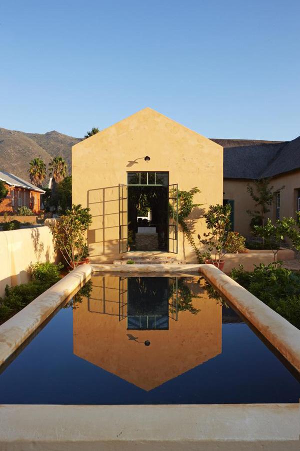 Оранжерея рядом с кухней выходит на бассейн. Когда-то в аналогичных хранили воду в сельских домах. Будучи детьми владельцы этого дома плескались в таких.