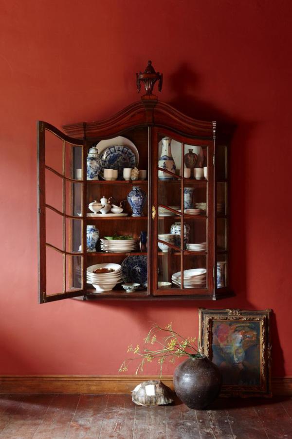 В антикварном буфете выставлена дорогая керамика.