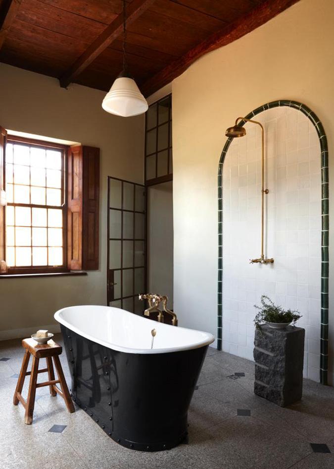 В главной ванной стоит прекрасная чугунная ванна и душ. Владелец дома считает что ванна должна быть просторной, как и спальня. Ведь и то и другое важно для отдыха.