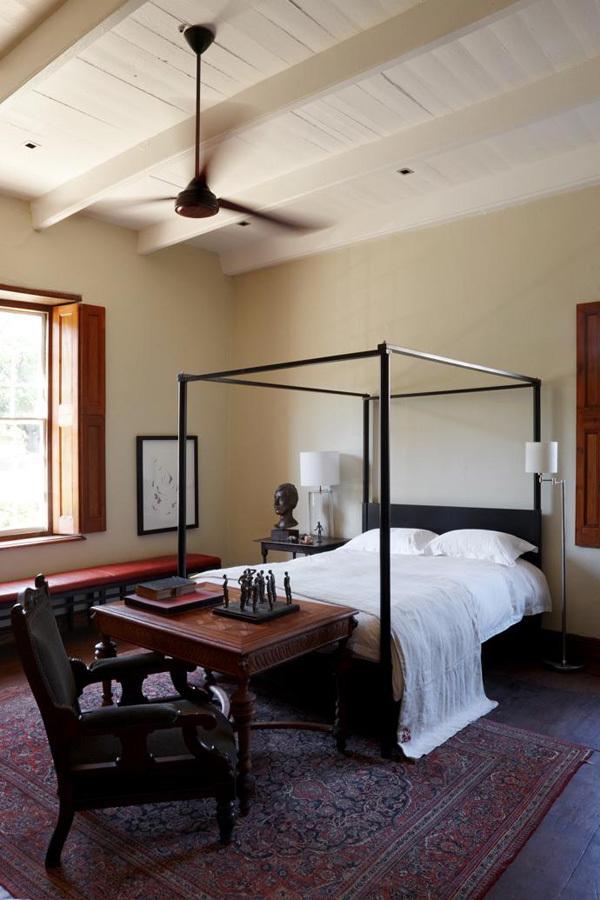 В спальне кровать с балдахином связывает антикварную мебель с современностью.