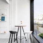 Небольшая открытая терраса рядом с жилой комнатой. На себя обращает внимание уникальный столик на трех ножках регулируемых по высоте с колесиками.