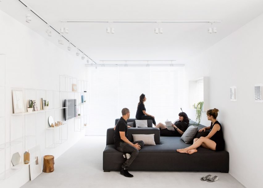 Индивидуально изготовленная модульная мягкая мебель легко передвигается обеспечивая бесконечное количество вариантов использования