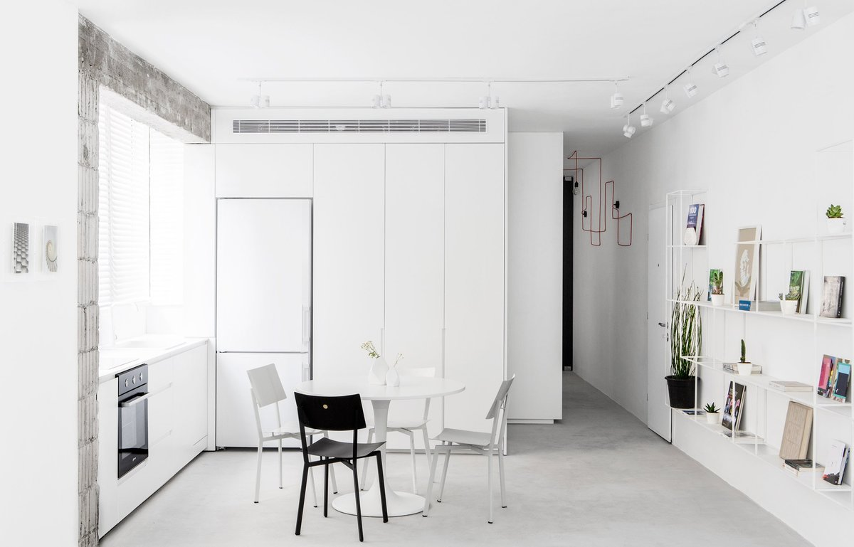 Кухня находится в небольшой нише, а столовая является частью общего жилого пространства.