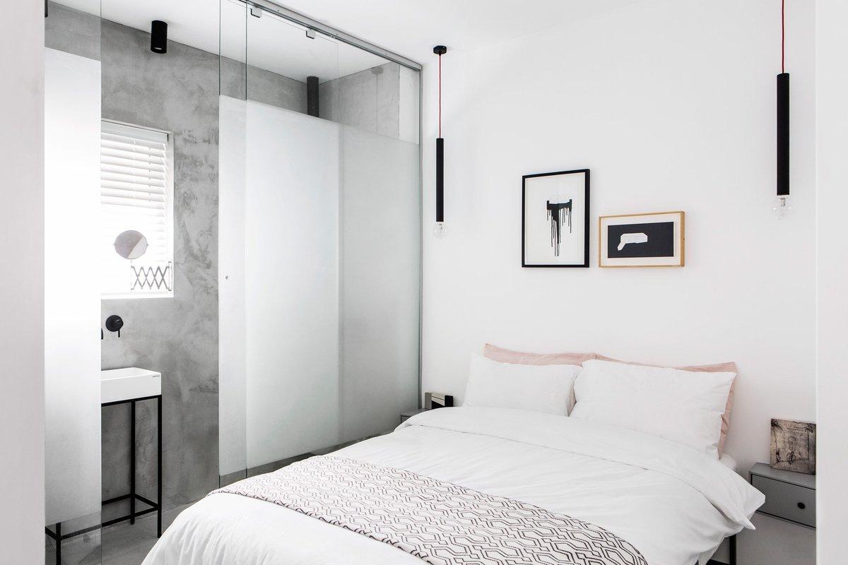 В гостевой спальне красный провод появляется в дизайне прикроватных светильников свисающий с потолка по обе стороны кровати