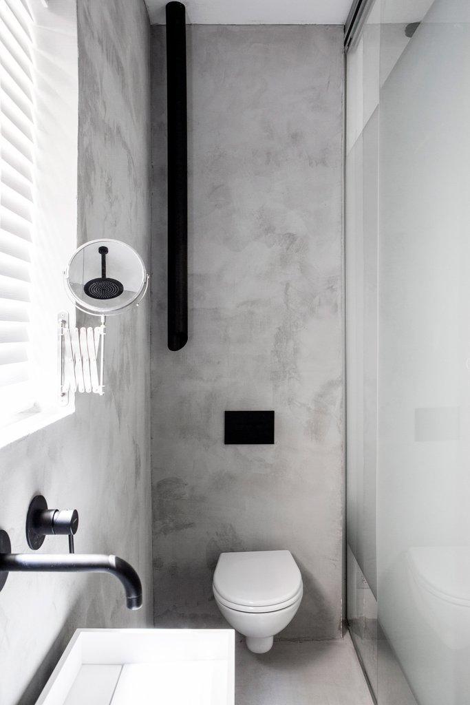 Ванна в гостевой спальне находится у стены с окном и отделена от спальни матовой стеклянной перегородкой, чтобы свет свободно проникал в спальню.