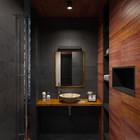 Ванная комната в темных тонах с использованием натурального сланца и доски тика.