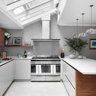 Большие окна в потолке этой кухни задают настроение всей кухне. (кухня,дизайн кухни,интерьер кухни,кухонная мебель,мебель для кухни,интерьер,дизайн интерьера,мебель,архитектура,дизайн,экстерьер,минимализм,современный)