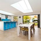 Хорошая идея - использовать мансардные окна для освещения не только кухни, но и столовой.