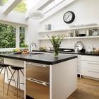 Изысканная минималистская кухня со световыми окнами выполненными на заказ. (кухня,дизайн кухни,интерьер кухни,кухонная мебель,мебель для кухни,интерьер,дизайн интерьера,мебель,архитектура,дизайн,экстерьер,минимализм)