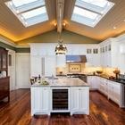 Мансардные окна на сводчатом потолке делают традиционный интерьер этой кухни интереснее и свежее.