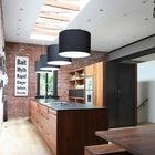 Мансардные окна с открытыми элементами стропильной системы в современной кухне в стиле лофт.
