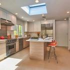 Простой и стильный способ добавить мансардное окно на кухне.