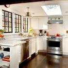 Симпатичная кухня в стиле кантри с  мансардным окном.