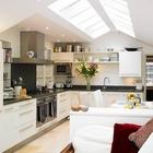 Сводчатый потолок кухни идеально подходит для применения мансардных окон.