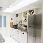 Узкая кухня выглядит значительно просторнее благодаря окну в потолке. (кухня,дизайн кухни,интерьер кухни,кухонная мебель,мебель для кухни,интерьер,дизайн интерьера,мебель,архитектура,дизайн,экстерьер)
