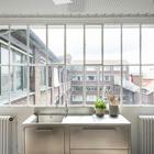 Кухонная раковина из нержавейки у окна отлично гармонирует с винтажной формой оконной рамы. (индустриальный,лофт,винтаж,стиль лофт,индустриальный стиль,интерьер,дизайн интерьера,архитектура,дизайн,экстерьер,мебель,квартиры,апартаменты,нержавейка,кухня из нержавейки,мебель из нержавейки,стол из нержавейки,мойка из нержавейки,кухня,дизайн кухни,интерьер кухни,кухонная мебель,мебель для кухни)
