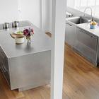 Минималистичная и стильная кухонная мебель из нержавейки украшает жилую комнату, куда входит кухня. (индустриальный,лофт,винтаж,стиль лофт,индустриальный стиль,интерьер,дизайн интерьера,архитектура,дизайн,экстерьер,мебель,квартиры,апартаменты,нержавейка,кухня из нержавейки,мебель из нержавейки,стол из нержавейки,мойка из нержавейки,кухня,дизайн кухни,интерьер кухни,кухонная мебель,мебель для кухни)