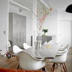 Обеденный стол в столовой также имеет столешницу обшитую нержавейкой. При открытой планировке это добавляет связь между кухней и столовой. (индустриальный,лофт,винтаж,стиль лофт,индустриальный стиль,интерьер,дизайн интерьера,архитектура,дизайн,экстерьер,мебель,квартиры,апартаменты,нержавейка,кухня из нержавейки,мебель из нержавейки,стол из нержавейки,мойка из нержавейки,столовая,дизайн столовой,интерьер столовой,мебель для столовой)